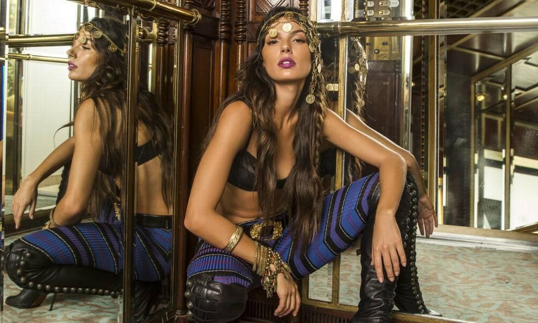 Isis Valverde posa de cigana e se empolga sobre carnaval: 'promete muito!'