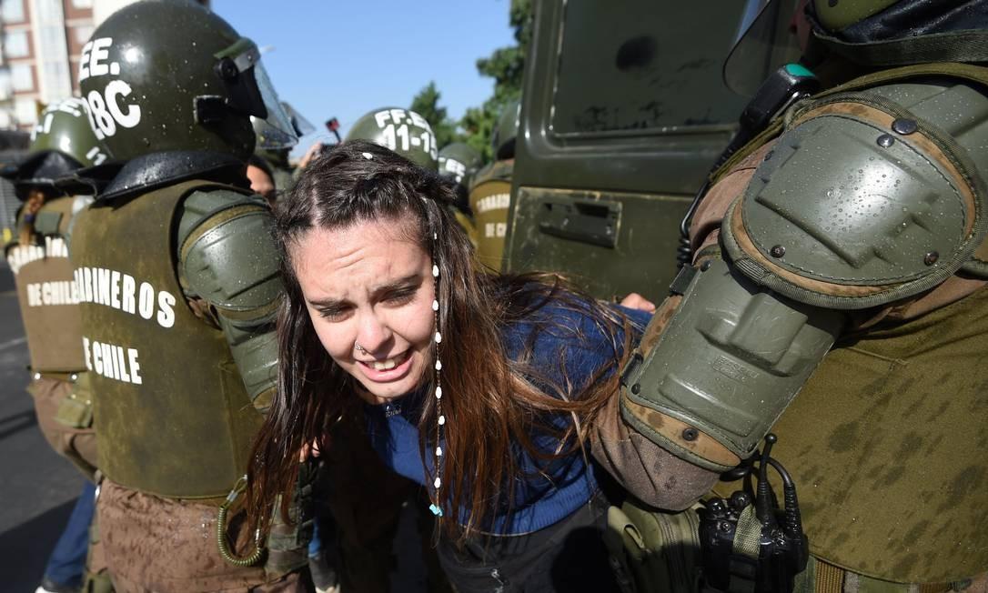 E manifestantes que criticavam os altos gastos para o custeio da visita papal foram reprimidos com violência Foto: EITAN ABRAMOVICH / AFP