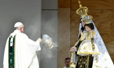 Papa Francisco abençoa imagem da Nossa Senhora do Carmo, patrona do exército dos Andes, do general José de San Martín, que promoveu a independência do Chile Foto: VINCENZO PINTO / AFP