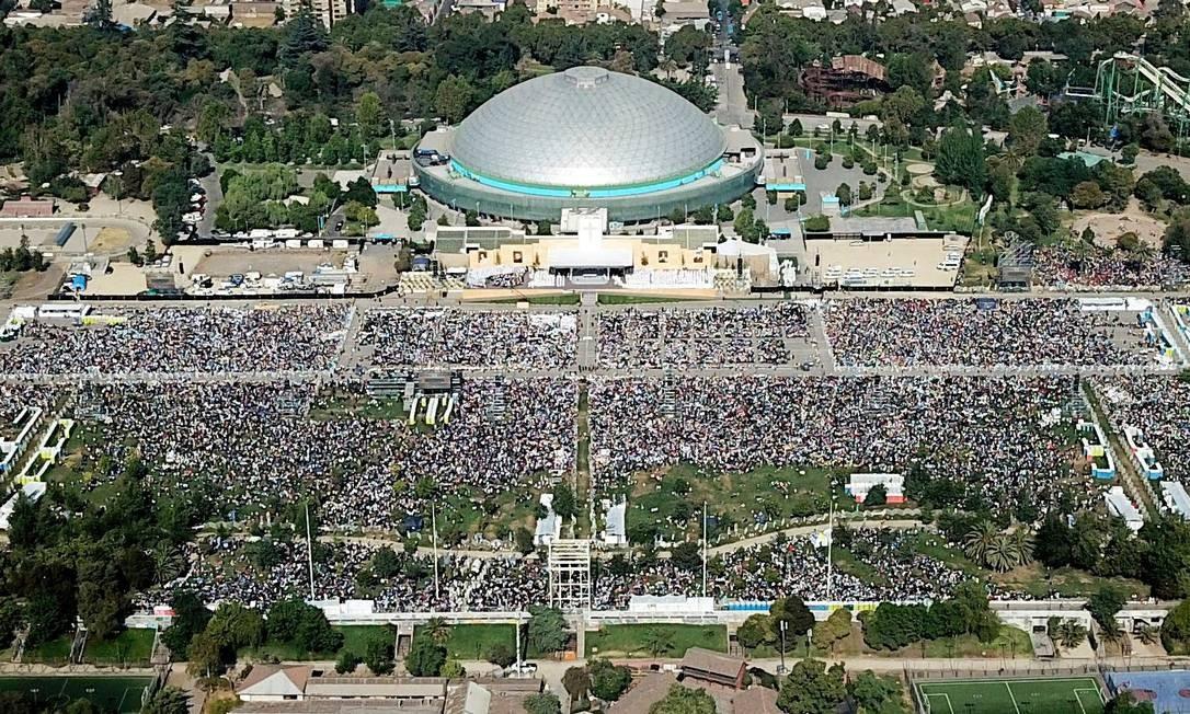 De acordo com as autoridades, 400 mil fiéis compareceram à missa no parque O'Higgins, em Santiago Foto: JAVIER TORRES / AFP