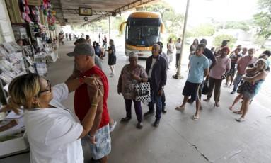 Em 2017, a população de Valença também se assustou com casos de febre amarela e fez fila para tomar vacinas Foto: Agência O Globo / Domingos Peixoto