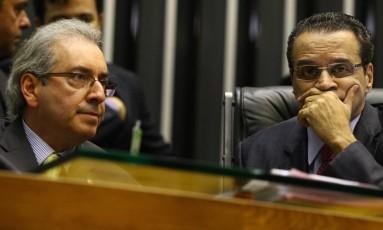Eduardo Cunha e Henrique Alves conversam durante sessão da Câmara dos Deputados Foto: André Coelho/Agência O Globo/07-05-2014