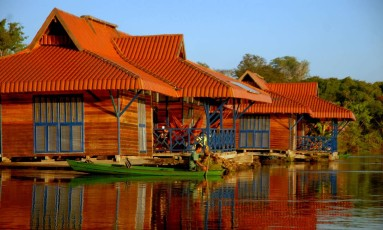 Pousada Uacari, do Instituto Mamirauá, no Amazonas: exemplo de hospedagem e passeios de turismo sustentável Foto: Edu Coelho / Divulgação