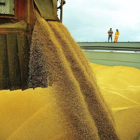 Exportação de soja no Porto de Paranaguá, no Paraná. Foto: IvanBueno / Agência O Globo