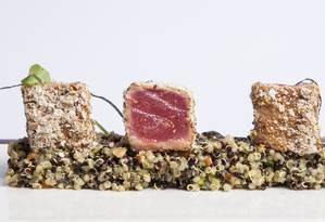 Rubaiyat - O atum selado em redução de gengibre com crosta crocante e salada custa R$ 43. Jockey Club Brasileiro. Rua Jardim Botânico 971. Telefone: 3204-9999 Foto: Divulgação