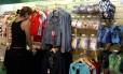 Artigos em exposição em loja no Aeroporto Tom Jobim, no Rio: aplicativo 'Hubbon' promete facilitar compras por viajantes Foto: Marcos Tristão / Agência O Globo