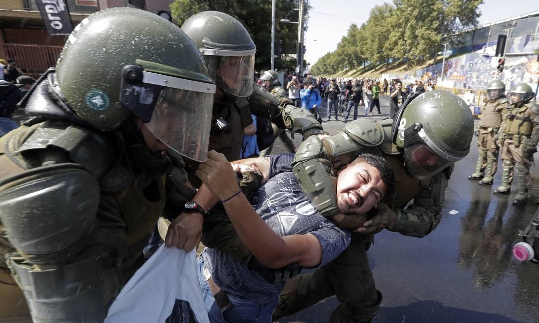 Manifestante é preso em Santiago durante protesto contra a visita do Papa francisco ao Chile Foto: Victor R. Caivano / AP