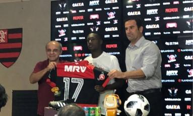 Marlos Moreno, ao centro, recebe a camisa do Flamengo das mãos do presidente do clube, Eduardo Bandeira de Mello (à esquerda) Foto: Diogo Dantas/Agência O Globo