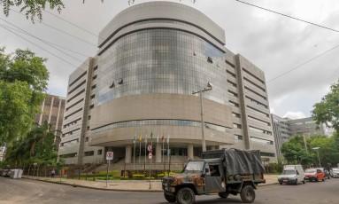 Carro do exército é visto nas imediações da sede do TRF-4, em Porto Alegre Foto: EVANDRO LEAL / Agência Free Lancer/Estadão Conteúdo/Agência O Globo