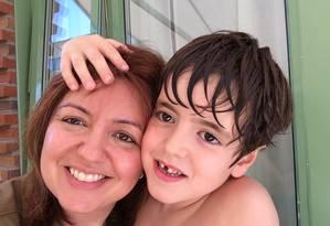 """A escritora Andréa Werner e seu filho, Theo, que tem autismo. Ela lançou o livro """"A lagarta e a pupa"""" Foto: Arquivo pessoal / ."""