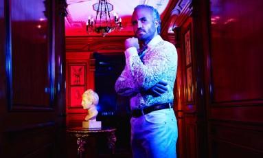 Edgar Ramírez interpreta o estilista italiano Gianni Versace na nova temporada da série 'American Crime Story' Foto: Divulgação