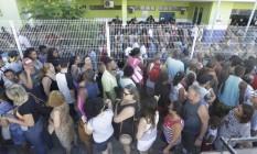 Em São João de Meriti, na Baixada, posto de vacinação ficou lotado nesta terça-feira Foto: Gabriel de Paiva / Agência O Globo