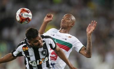 Brenner disputa a bola com um zagueiro da Portuguesa Foto: Marcio Alves