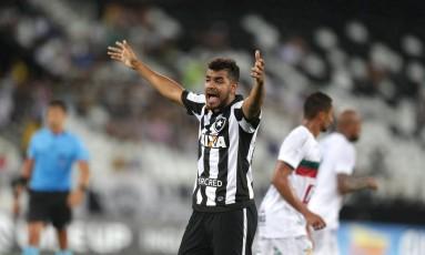 Brenner gesticula na partida entre Botafogo e Portuguesa Foto: Marcio Alves
