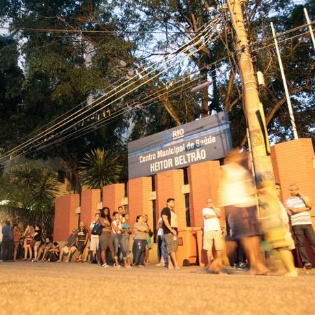 Fila em posto da Tijuca começou durante a madrugada Foto: Luiz Ackermann / Agência O Globo