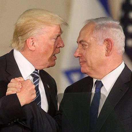 O presidente americano, Donald Trump, cumprimenta o primeiro-ministro israelense, Benjamin Netanyahu, após discurso no Museu de Israel, em Jerusalém Foto: GIL COHEN-MAGEN / AFP