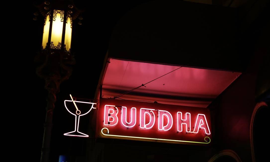 O Buddha Lounge bar, e seu letreiro vermelho, é outra atração de Chinatown em São Francisco. Lá o cliente tem uma experiência peculiar: apostar a bebida em um jogo de dados com o barman Foto: Eric Risberg / AP
