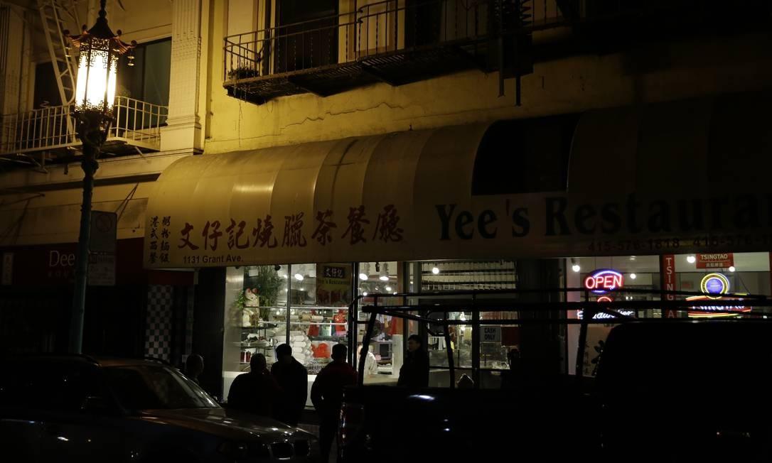 Outro restaurante da Grant Avenue, em Chinatown, que corta São Francisco de norte a sul e é uma das mais antigas da cidade californiana: a avenida data dos anos de 1800 Foto: Eric Risberg / AP