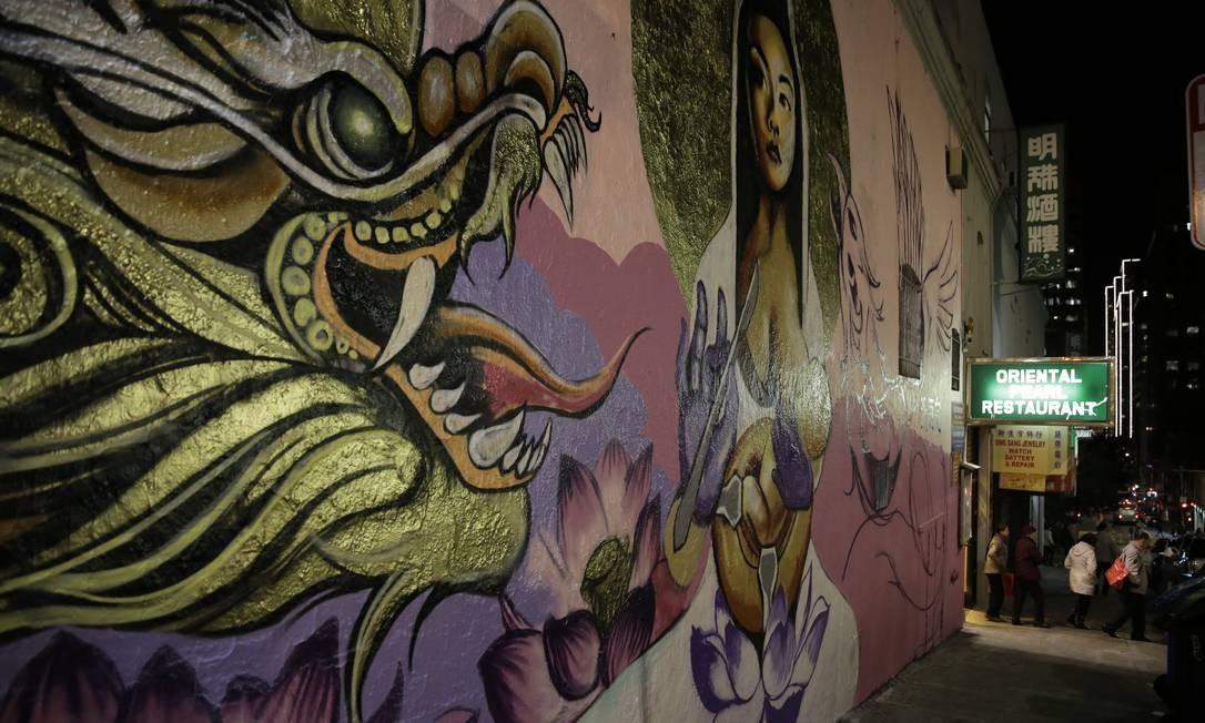 Grafismos em mural de Chinatown, região de São Francisco, na Califórnia, que recebeu imigrantes chineses a partir do começo do século XIX Foto: Eric Risberg / AP