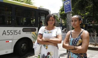 Usuárias. Verane Coutinho e a filha, Luane, no local onde funcionava o ponto final do ônibus 226 Foto: Fábio Guimarães / fabio guimarães