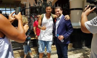 Julio Brant, vencedor da eleição do Vasco, posa com um torcedor em São Januário Foto: Felipe Gonzalez