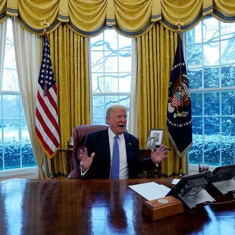 Trump dá entrevista no Salão Oval Foto: KEVIN LAMARQUE / REUTERS