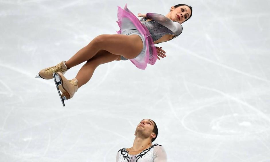 A italiana Nicole Della Monica e Matteo Guarise competem no Campeonato Europeu de Patinagem Artística da ISU em Moscou em 17 de janeiro de 2018 Foto: YURI KADOBNOV / AFP