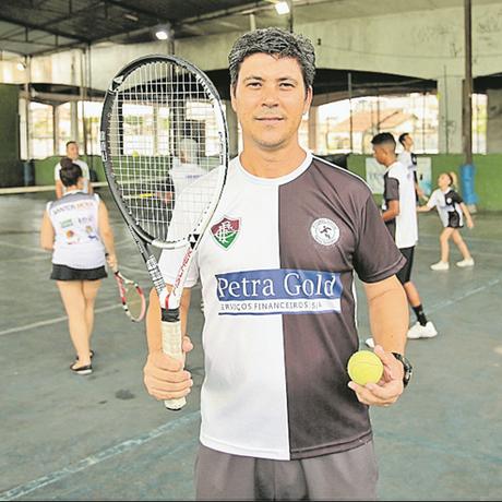 Idealizador. O professor de Educação Física Artur Ricardo fundou, em 2011, o Projeto Social Tênis Solidário Foto: Brenno Carvalho / Agência O Globo