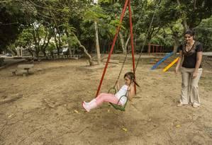 Pais de alunos das escolas próximas participaram da adoção, preocupados com estado da praça Foto: Ana Branco / Agência O Globo