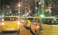Total desrespeito: a fila de táxis no ponto de ônibus, indicado por placa Foto: Pedro Newlands / Foto do leitor