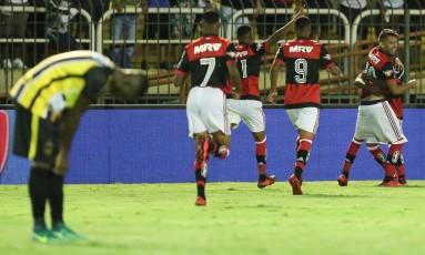 Jogadores do Flamengo comemoram um dos gols da vitória sobre o Volta Redonda Foto: Gilvan de Souza