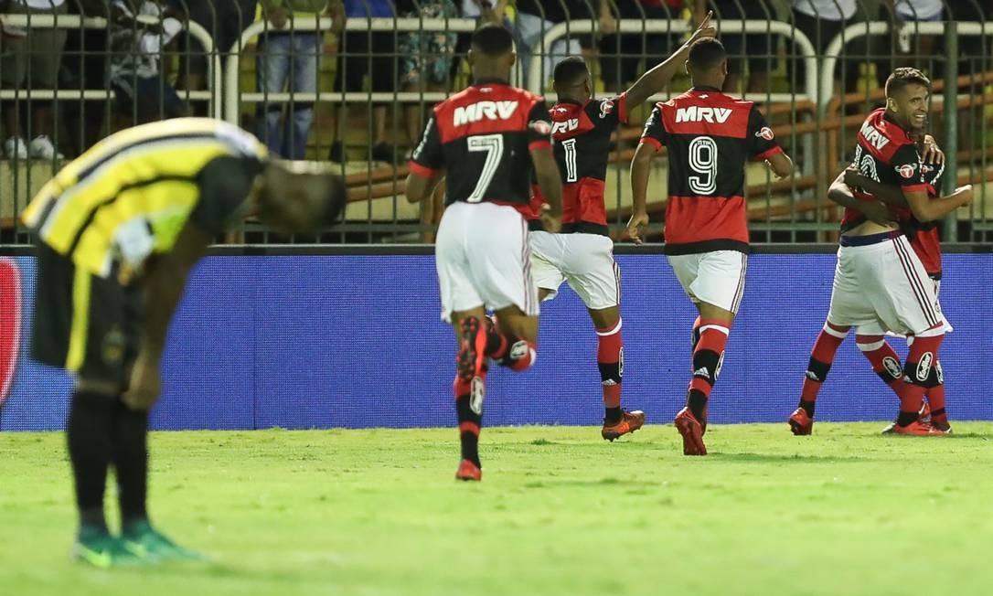 2d3c91c4937fd Jogadores do Flamengo comemoram um dos gols da vitória sobre o Volta Redonda  Foto  Gilvan