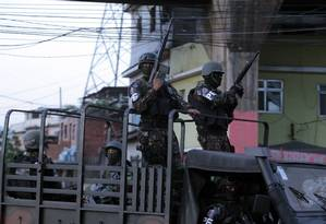 Soldados vasculham comunidade do Jacaré Foto: Luiz Ackermann / Agência O Globo