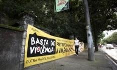Faixa de protesto contra a violência na Maré, área afetada por conflitos em 2017 Foto: Mônica Imbuzeiro - 22/05/82017 / Agência O Globo