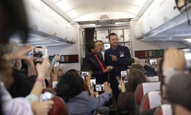 Comissário de bordo posam para jornalistas após casamento Foto: Alessandra Tarantino / AP
