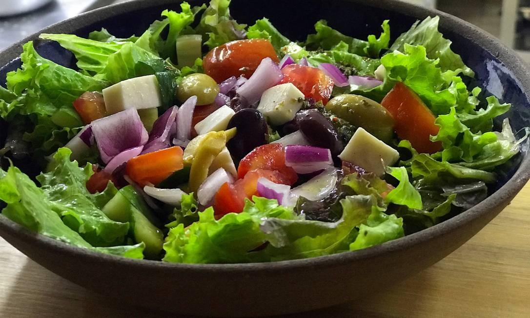 A salada Vokos, no novo grego de mesmo nome, leva tomate, pepino, cebola roxa, ervas, queijo feta e azeitonas gregas (R$ 33). Rua Dias Ferreira 135, Leblon (3205-6792). Foto: Divulgação