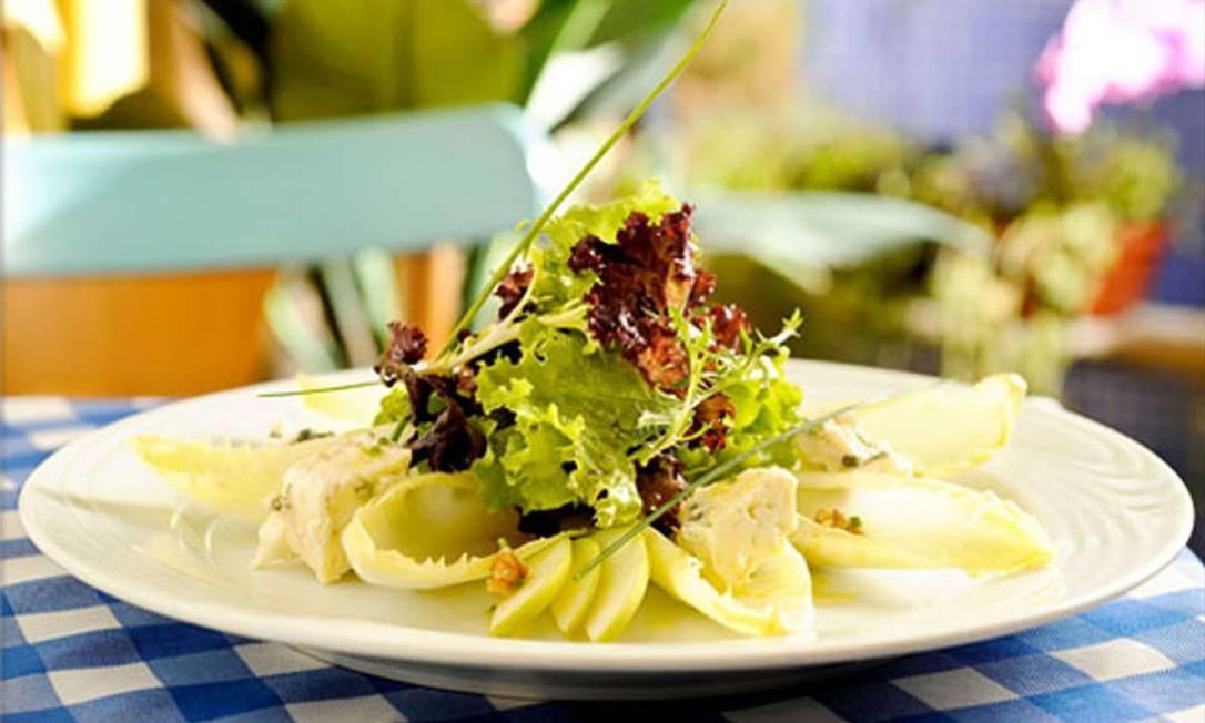 Le Vin: salada de endivias com roquefort, pera e nozes (R$ 52,80). Tem também salada verde com queijo de cabra (R$ 52,80). Rua Barão da Torre 490, Ipanema (3502-1002). Av. das Américas 4.666 (2431-8898). Foto: Divulgação