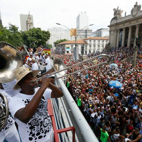 No carnaval de 2016, Banda do Bola anima a multidão concentrada na Rua Primeiro de Março Foto: Pablo Jacob / Agência O Globo