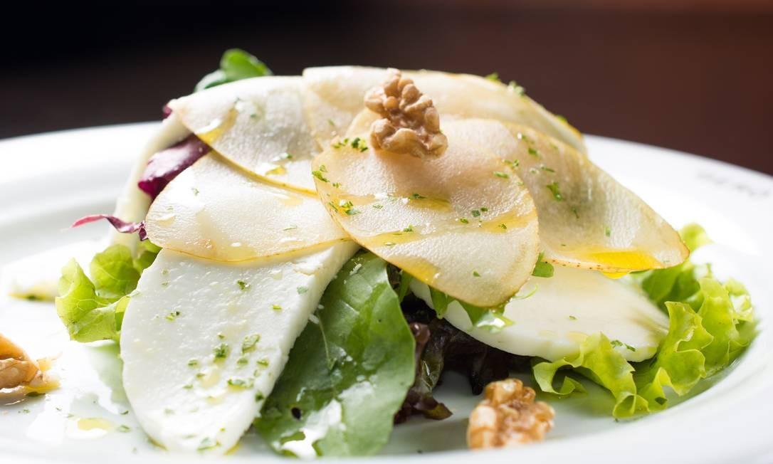 O Gero oferece salada verde com queijo de cabra e pera (R$ 71). Outra é a clássica caprese com tomates frescos e mozzarella de búfala (R$ 71). Rua Aníbal de Mendonça 157, Ipanema (2239-8158). Foto: Divulgação/Lipe Borges