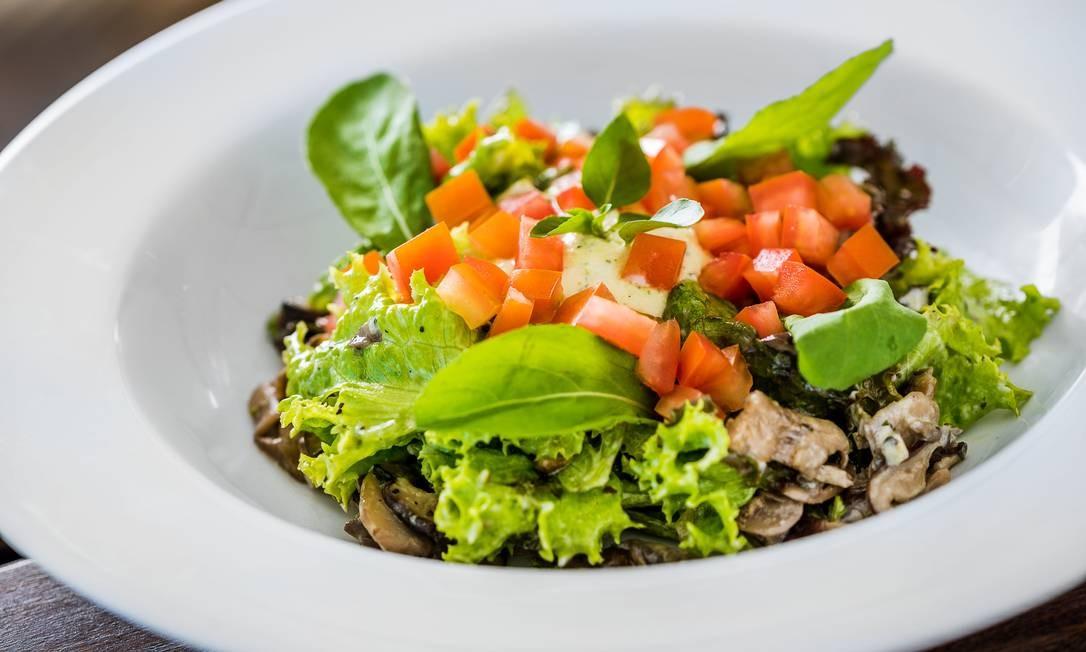 Inverso Gávea: salada Verde com mix de cogumelos e creme de burrata (R$ 34). Praça Santos Dumont 31, Tribuna A (3687-9448). Foto: Divulgação/Filico
