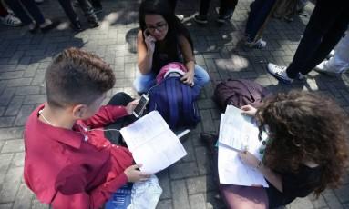 Candidatos estudam para o Enem 2017, em São Paulo, pouco antes de abrirem os portões do exame Foto: Paulo Pinto / Agência O Globo