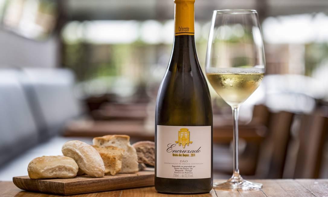 Na varanda do Bazzar, o bar serve vinhos em garrafa (R$ 81) ou taça (R$ 18) e comidinhas como ostras (um bar só delas), manipuladas na frente do cliente (1 por R$ 9 / 6 por R$ 43 / 12 unidades por R$ 74) e moquequinha de Ostras (1 por R$ 10 / 6 por R$ 53 / 12 por R$ 96). Rua Barão da Torre 538, Ipanema (3202-2884). Foto: Ana Branco / Agência O Globo