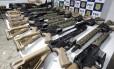 Policiais rodoviários federais, em ação conjunta com agentes da Delegacia Especializada em Armas, Munições e Explosivos ( Desarme) da Polícia Civil, apreenderam 19 fuzis automáticos na Dutra