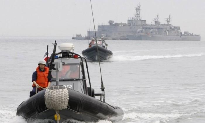Membros da marinha sul-coreana navegam nas disputadas águas do Mar Amarelo, nas proximidades da ilha de Yeonpyeong Foto: BYUN YEONG-WOOK / AFP