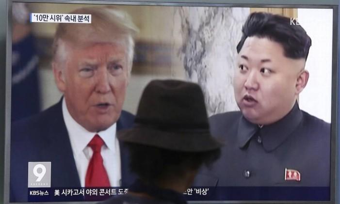 Programa de televisão sul-coreano mostra o presidente americano, Donald Trump, e o seu homólogo norte coreano, Kim Jong Un Foto: Ahn Young-joon / AP