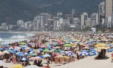 Calor forte levou cariocas e turistas à praia Foto: Pedro Teixeira / Agência O Globo