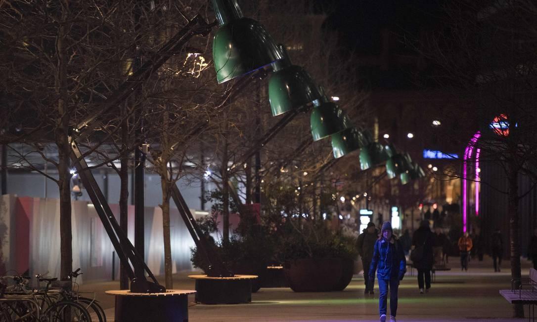 """Luminárias gigantes transformam a paisagem noturna numa das área de Londres: esta é a """"Lampounette"""", de Tilt, outra intervenção artística do festival de luzes """"Lumiere"""", na capital inglesa Foto: JUSTIN TALLIS / AFP"""