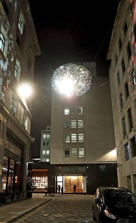 """""""The Reflektor"""", criação do Studio Roso, ilumina a Carlton Street, na região central de Londres, durante o festival Lumiere Foto: Jonathan Brady / AP"""