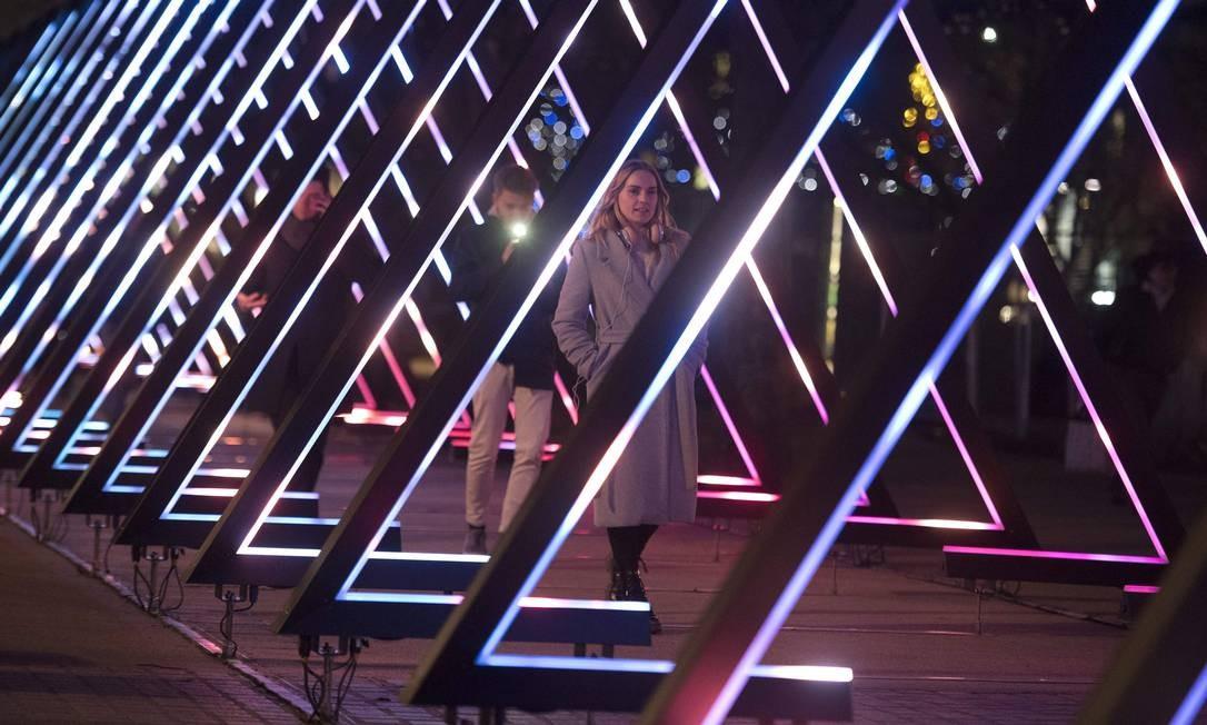 """Os triângulos de luzes coloridas """"The Wave"""", do artista Vertigo, no festival """"Lumiere"""", em Londres Foto: JUSTIN TALLIS / AFP"""