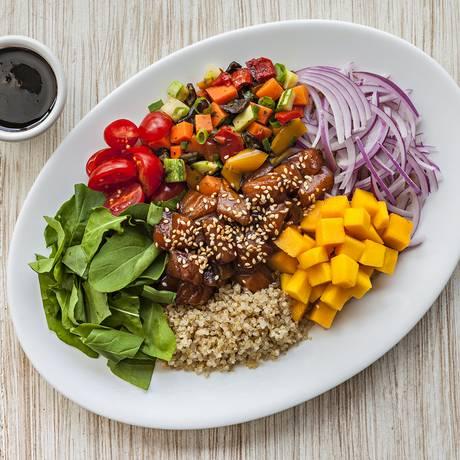 Colorido. O Balada Mix aposta no American Tropics, com a Salada Havaiana (R$42,90). O prato é feito com quinoa em grãos, salmão cru ao molho oriental, coberto com gergelim torrado, legumes assados, manga, tomate cereja, cebola roxa e rúcula